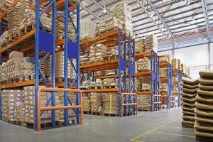 Armazém com racks multicamadas em uma fábrica